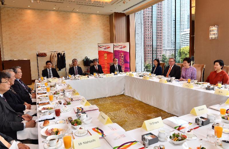 行政長官林鄭月娥今日(四月八日)上午在東京繼續日本訪問行程。圖示林鄭月娥(右二)出席與日本創科業界代表的早餐會議。投資推廣署署長傅仲森(右三)和香港駐東京經濟貿易首席代表翁佩雯(右一)亦有出席。