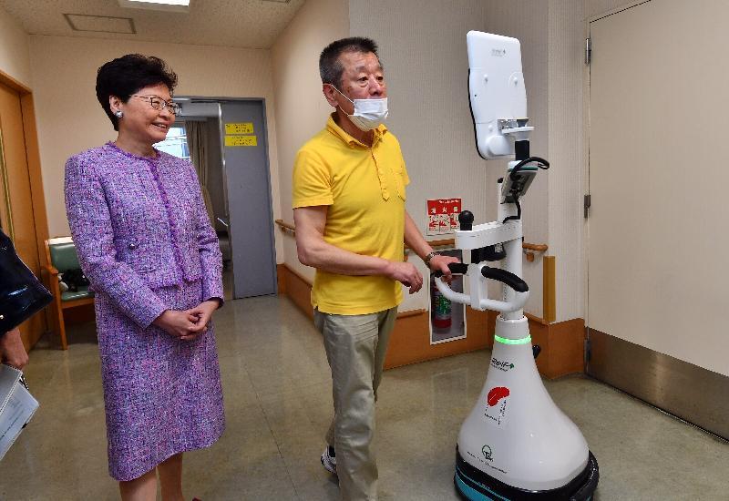 行政長官林鄭月娥今日(四月八日)上午在東京繼續日本訪問行程。圖示林鄭月娥(左)參觀新富特別養護老人宿舍。