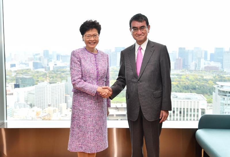 行政長官林鄭月娥今日(四月八日)在日本東京與日本外務大臣河野太郎共進午餐。圖示林鄭月娥(左)和河野太郎在午餐前握手。
