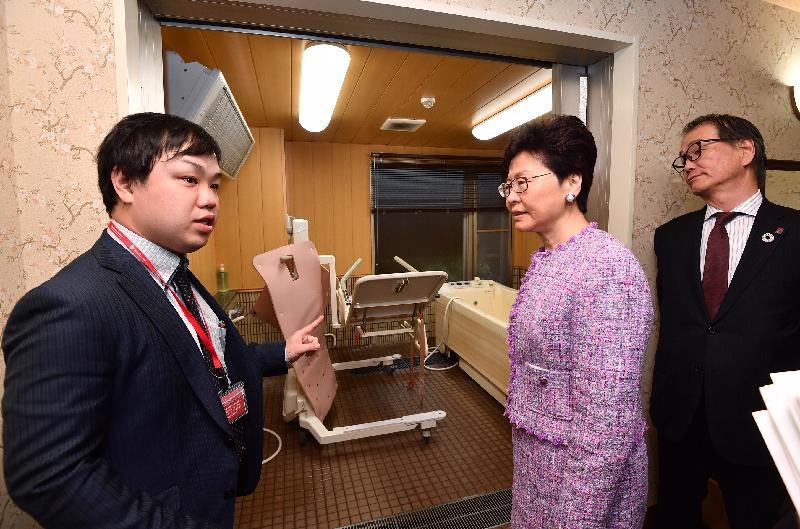 行政長官林鄭月娥(中)今日(四月八日)下午在日本東京參觀由SOMPO Care營運的羽田La Vie Re老人宿舍。