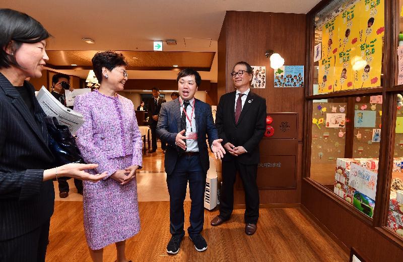 行政長官林鄭月娥(左二)今日(四月八日)下午在日本東京參觀由SOMPO Care營運的羽田La Vie Re老人宿舍。
