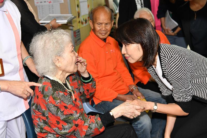 社會福利署署長葉文娟(右一)今日(四月九日)探訪土瓜灣一所私營安老院時與院友傾談。
