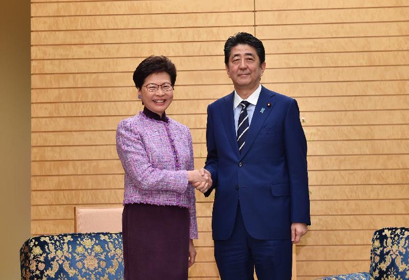 行政長官林鄭月娥今日(四月九日)上午在東京與日本首相安倍晉三會面。圖示林鄭月娥(左)與安倍晉三在會面前握手。