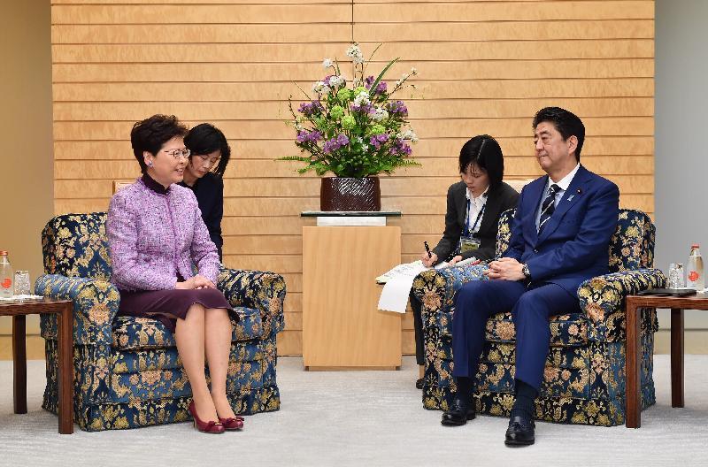 行政長官林鄭月娥(左一)今日(四月九日)上午在東京與日本首相安倍晉三(右一)會面。
