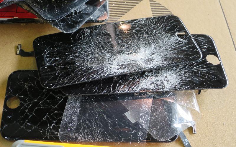 在香港海關協助下,環境保護署在葵涌貨櫃碼頭成功阻截兩宗從日本及內地非法進口有害電子廢物個案。圖示截獲的廢手提電話顯示屏。