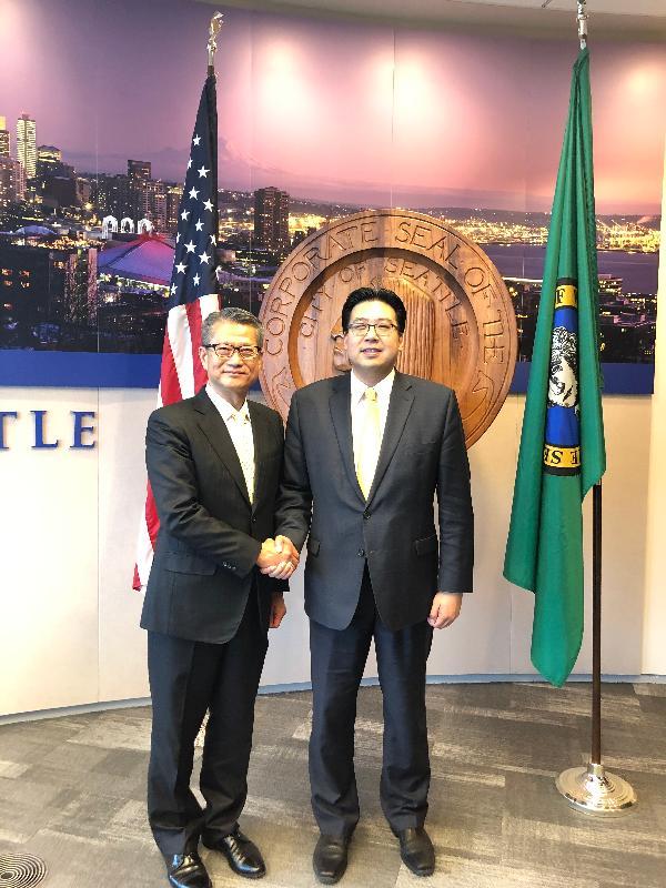 财政司司长陈茂波(左)今日(美国西岸时间四月八日)在西雅图与西雅图副市长方威武会面。