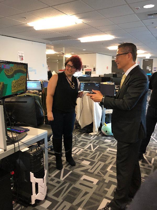 财政司司长陈茂波(右)今日(美国西岸时间四月八日)在西雅图参观DigiPen Institute of Technology,并试玩该院学生的电子游戏作品。