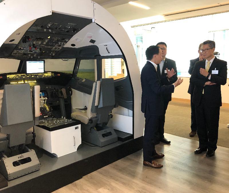 财政司司长陈茂波(右一)今日(美国西岸时间四月八日)在西雅图参观微软公司,并了解人工智能最新发展。