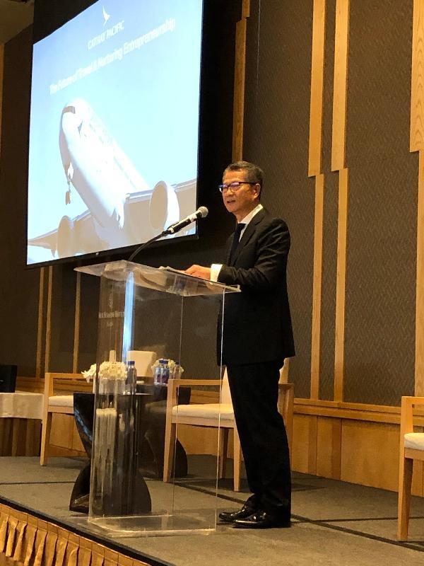 財政司司長陳茂波今日(美國西岸時間四月九日)在西雅圖出席一個關於香港和西雅圖商貿合作研討會。圖示陳茂波在研討會上致辭。