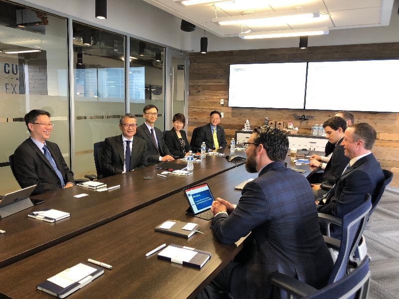 財政司司長陳茂波(左二)今日(美國西岸時間四月九日)在西雅圖與PitchBook管理層代表會面。香港駐三藩市經濟貿易辦事處處長蔣志豪(左三)和香港駐美國總經濟貿易專員麥德偉(左一)亦有陪同出席。