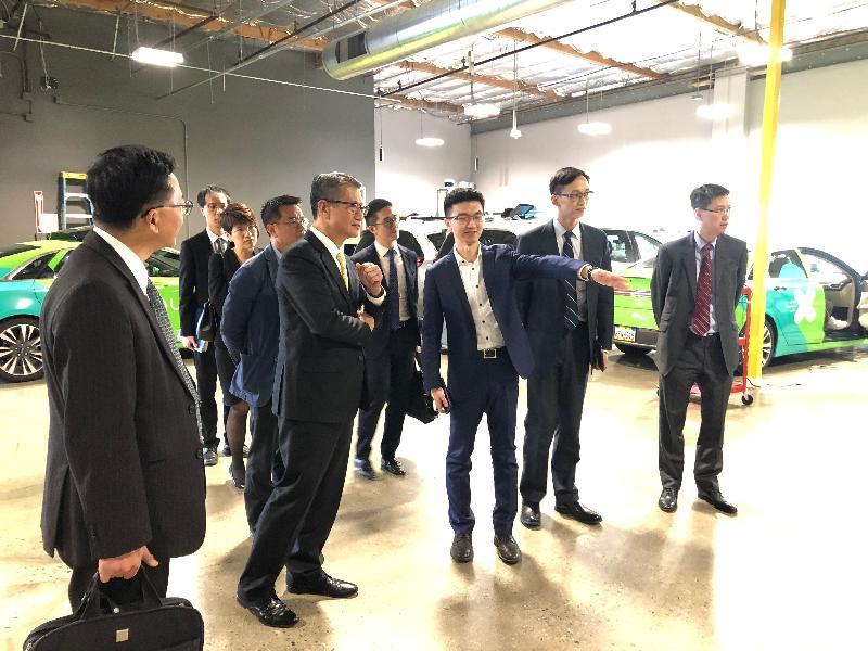 財政司司長陳茂波(前排左二)今日(美國西岸時間四月十日)在三藩市參觀AutoX,並聽取該公司代表講解自動駕駛技術的最新發展。