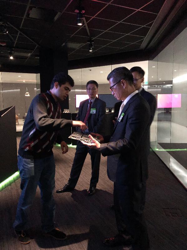 財政司司長陳茂波(右一)今日(美國西岸時間四月十日)在三藩市參觀NVIDIA,了解人工智能在各方面應用的最新發展。