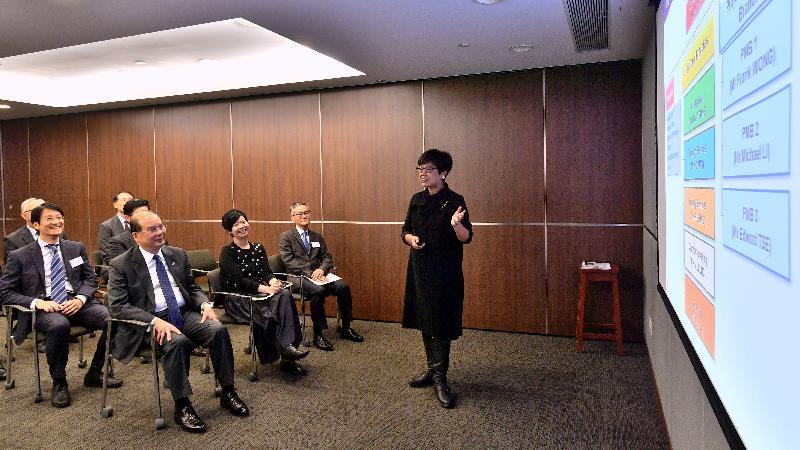 政务司司长张建宗(前排左一)今日(四月十一日)下午到访建筑署,听取建筑署署长林余家慧(右一)简介该署最新工作发展。