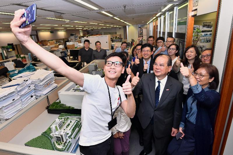 政務司司長張建宗(前排右二)今日(四月十一日)下午到訪建築署轄下的工程策劃管理處,並與該處人員合照。