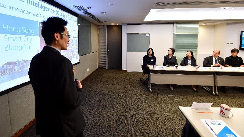 政务司司长张建宗今日(四月十一日)下午到访建筑署。图示张建宗(右二)听取建筑署人员介绍该署工作。