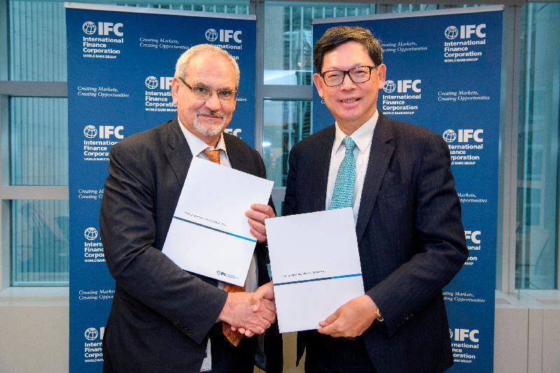 國際金融公司(IFC)首席執行官菲利普‧勒奧魯(左)與香港金融管理局總裁陳德霖 (右)今日(美國東岸時間四月十一日)於美國華盛頓簽署並交換《諒解備忘錄》,確認合辦IFC第六屆「氣候商業論壇」。