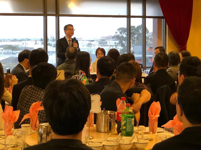 财政司司长陈茂波(后排中)今日(美国西岸时间四月十一日)访问三藩市,并与超过一百名在三藩市居住的港人共晋晚餐,简介香港的最新发展,及了解他们的生活情况。