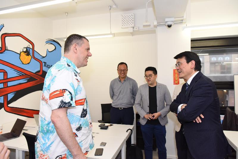 商務及經濟發展局局長邱騰華(右一)今日(四月十二日)到訪觀塘區,參觀香港啟迪中心,其間與年輕創業家交流,聽取他們分享創業經驗。