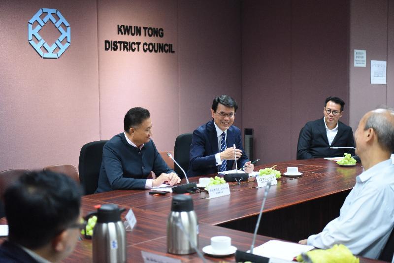 商務及經濟發展局局長邱騰華(右二)今日(四月十二日)到訪觀塘區,與觀塘區議會議員會面。