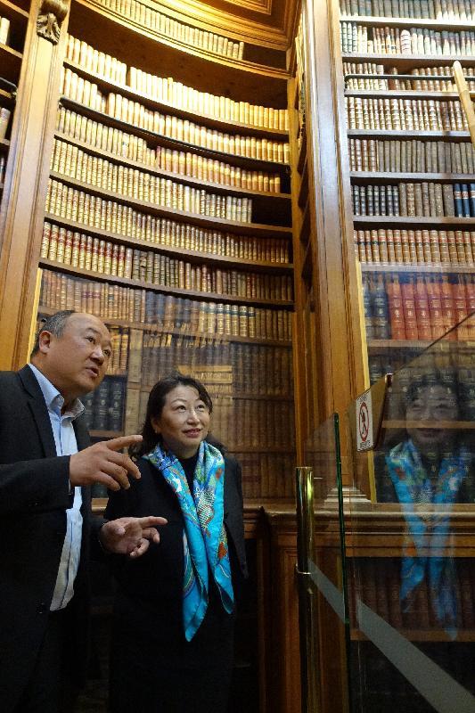 律政司司長鄭若驊資深大律師(右)今日(巴黎時間四月十一日)在法國國民議會法中友好小組主席陳文雄(左)陪同下參觀法國國民議會圖書館。