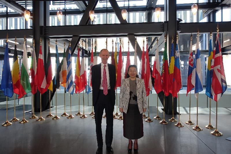 律政司司長鄭若驊資深大律師今日(盧森堡時間四月十二日)在盧森堡參觀歐洲聯盟法院。圖示鄭若驊(右)與法官Christopher Vajda(左)合照。