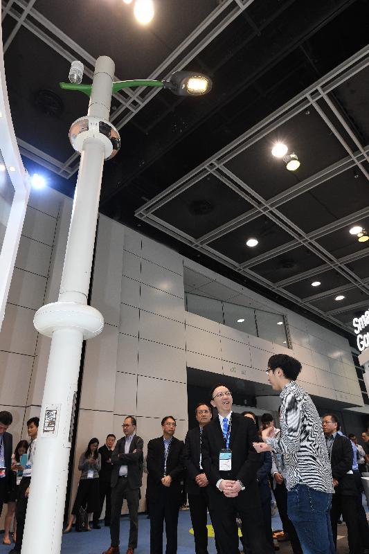 政府資訊科技總監林偉喬(右二)今日(四月十三日)巡視國際資訊科技博覽的智慧政府展館,視察智慧燈柱原型。智慧燈柱原型展示安裝於燈柱的攝影機、各種感應器和智能設備。首批智慧燈柱於今年年中啟用。