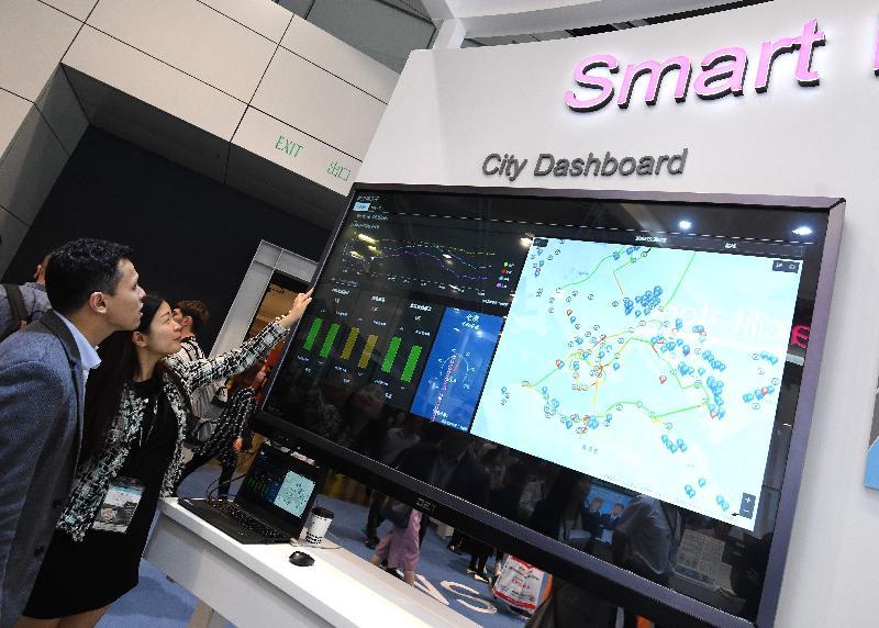 政府資訊科技總監辦公室由今日(四月十三日)起,在國際資訊科技博覽設置智慧政府展館,展示政府部門應用的各項科技。圖示今年年底推出的城市儀表板,以互動圖表和地理資訊地圖形式在「資料一線通」網站(data.gov.hk)向公眾開放與民生相關的數據。