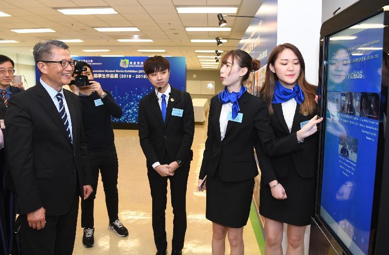 財政司司長陳茂波(左一)今日(四月十五日)出席香港恒生大學(恒大)傳播學院主辦的第三屆恒大商業新聞獎頒獎典禮,並參觀學生作品展。