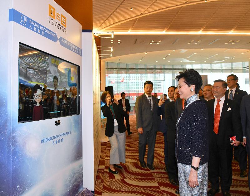 行政長官林鄭月娥今日(四月十五日)出席互聯網經濟峰會2019。圖示林鄭月娥(前)在峰會前參觀互動設施。