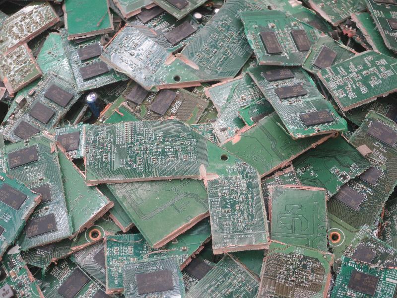 環境保護署在香港海關協助下,在香港國際機場截獲廢印刷電路板。