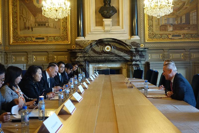 律政司司长郑若骅资深大律师(左二)今日(巴黎时间四月十五日)在法国巴黎与法国最高法院总检察长François Molins(右一)会面。