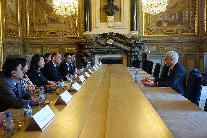 律政司司长郑若骅资深大律师(左三)今日(巴黎时间四月十五日)在法国巴黎与法国最高法院法官Dominique Hascher(右)会面,向他介绍香港最新的司法发展。