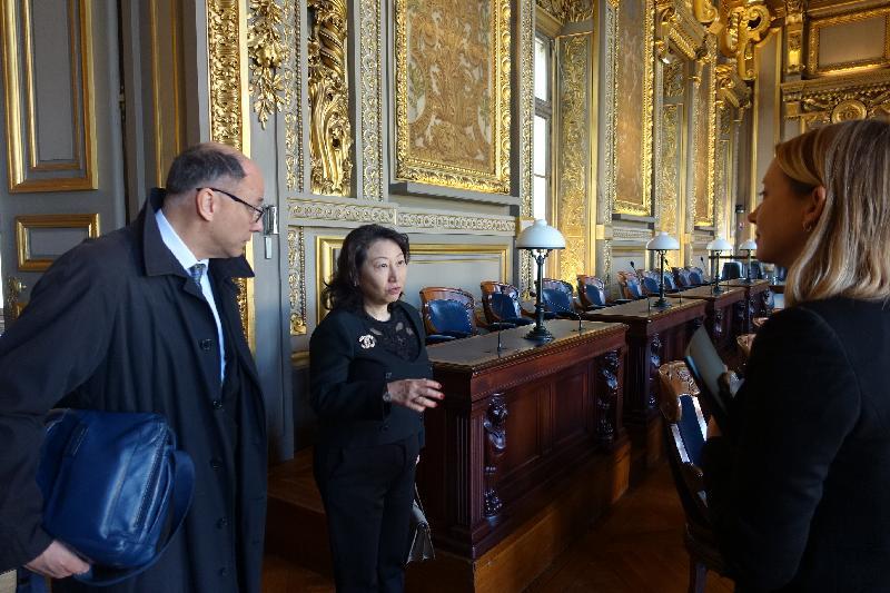 律政司司長鄭若驊資深大律師(左二)今日(巴黎時間四月十五日)在法國巴黎到訪法國最高法院,參觀法院內的設施。