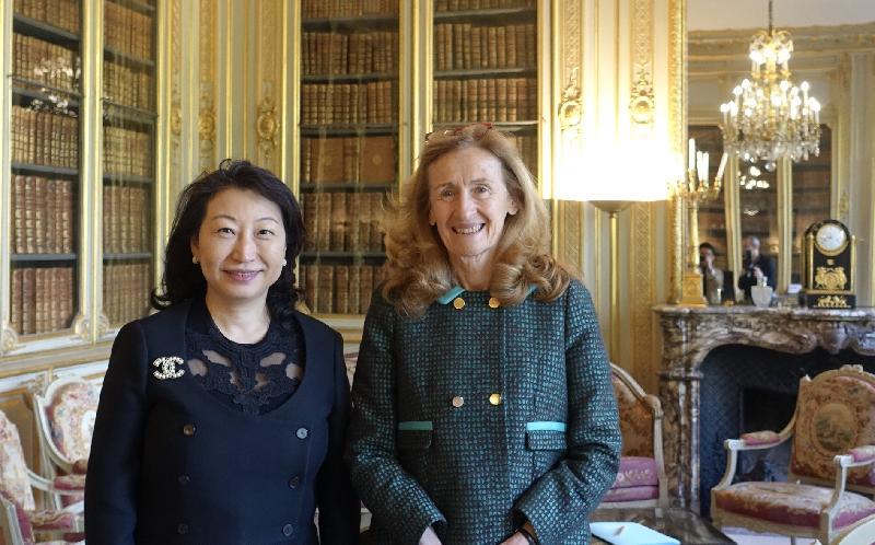 律政司司长郑若骅资深大律师(左)今日(巴黎时间四月十五日)在法国巴黎与法国司法部长Nicole Belloubet(右)会面。