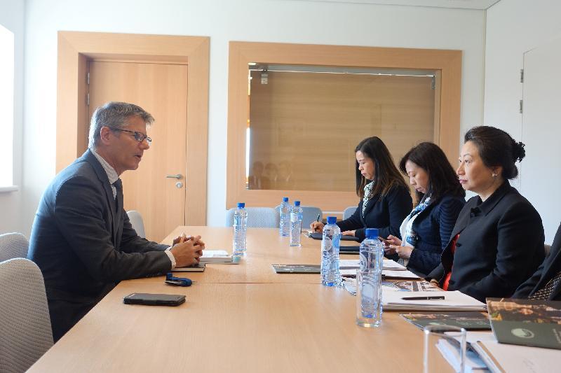 律政司司长郑若骅资深大律师(右一)今日(海牙时间四月十六日)在荷兰海牙与海牙国际法学院秘书长Jean-Marc Thouvenin教授(左)会面。