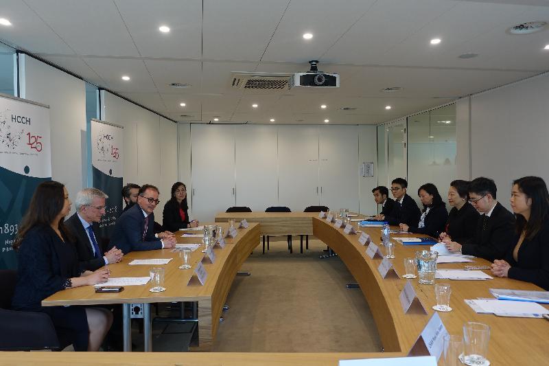 律政司司長鄭若驊資深大律師今日(海牙時間四月十六日)在荷蘭海牙到訪海牙國際私法會議。圖示鄭若驊(右三)與秘書長Christophe Bernasconi(左三)會面。