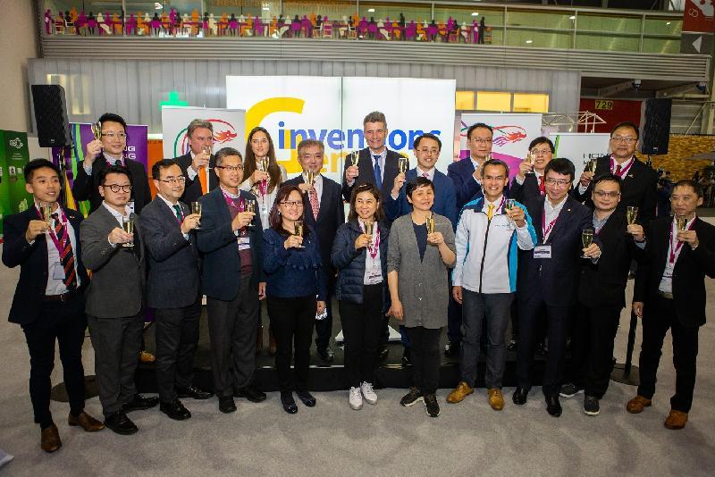 香港駐柏林經濟貿易辦事處長李志鵬(後排左六)、香港發明創新總會第一常務副主席楊孟璋(後排左四)、展覽會主辦機構Palexpo SA總裁Claude Membrez(後排左五)與香港代表團和日內瓦國際發明展覽會主辦方代表四月十二日(日內瓦時間)在第四十七屆日內瓦國際發明展覽會香港酒會合照。