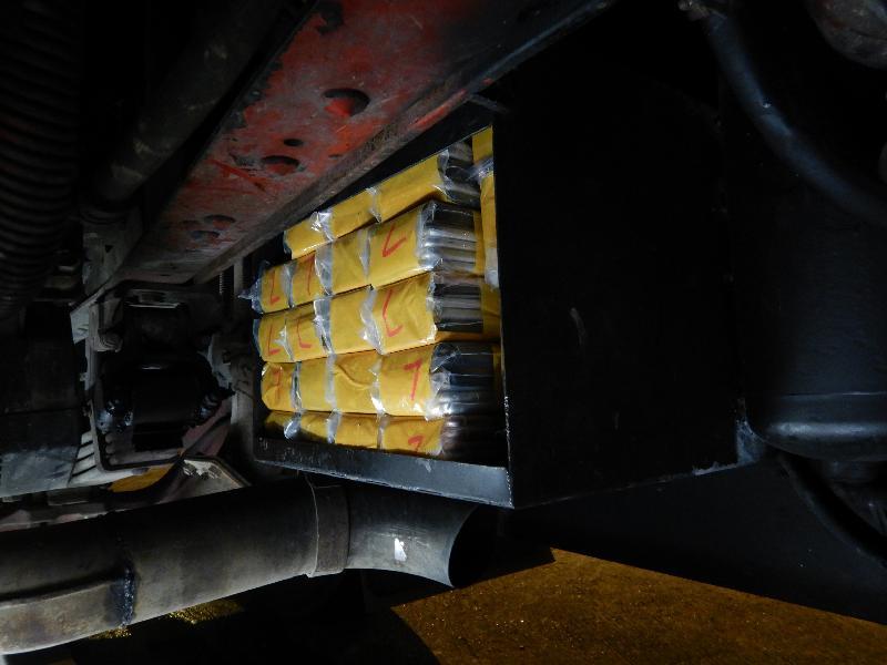 香港海關昨日(四月十六日)在文錦渡管制站一輛出境貨車車底暗格檢獲三百七十三部懷疑走私智能電話,估計市值約六十六萬元。