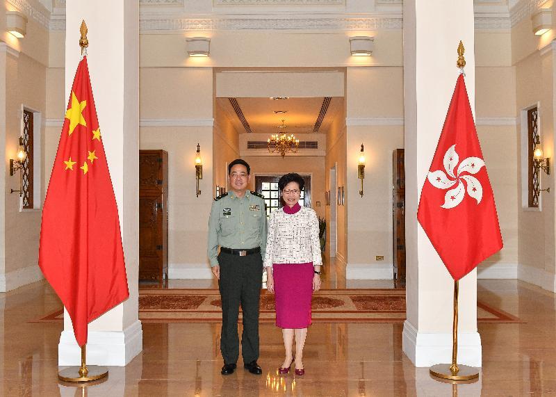 行政長官林鄭月娥(右)今日(四月十七日)下午在禮賓府與中國人民解放軍駐香港部隊司令員陳道祥少將(左)會面。