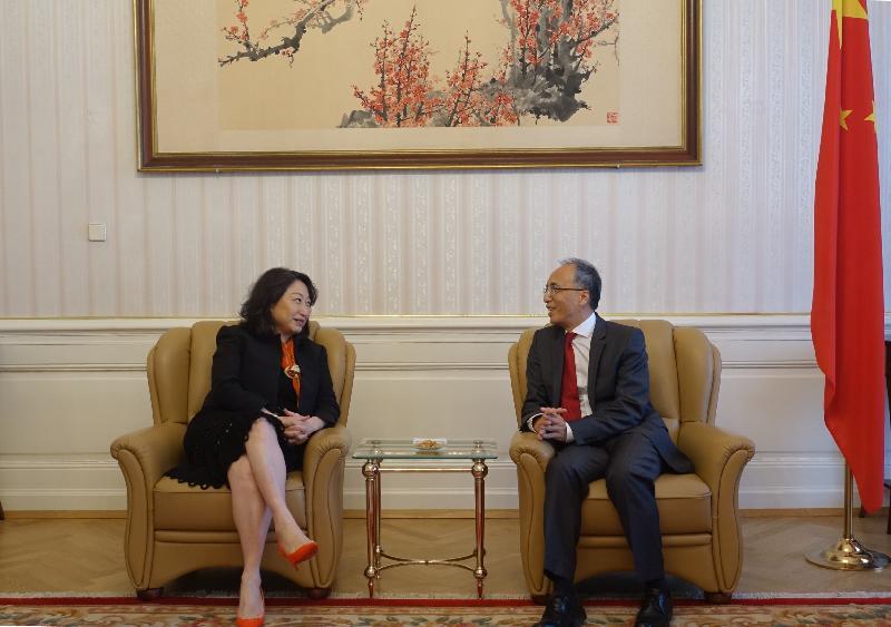 律政司司長鄭若驊資深大律師(左)昨日(維也納時間四月十七日)在奧地利維也納禮節性拜會中國駐奧地利大使李曉駟(右)。