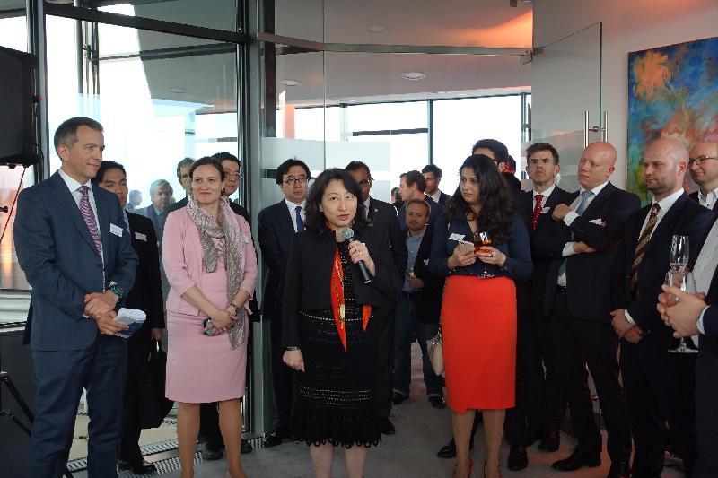 律政司司長鄭若驊資深大律師(前排左三)昨日(維也納時間四月十七日)在奧地利維也納出席Vis Moot舉辦的酒會,並在酒會致辭。