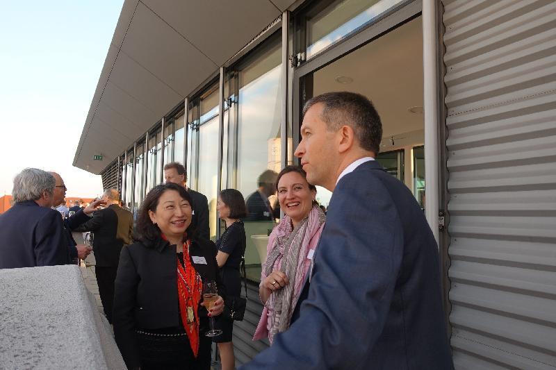 律政司司長鄭若驊資深大律師昨日(維也納時間四月十七日)在奧地利維也納出席Vis Moot舉辦的酒會。圖示鄭若驊(左一)與嘉賓交流。