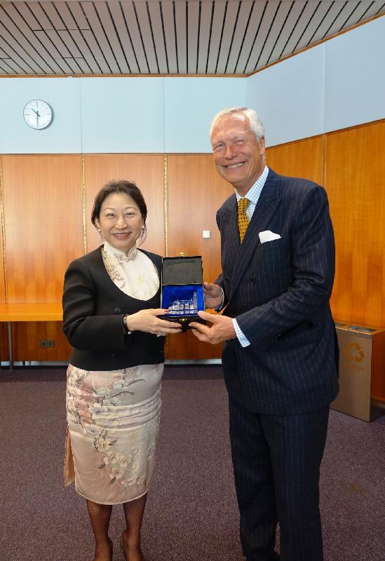 律政司司長鄭若驊資深大律師(左)今日(維也納時間四月十八日)在奧地利維也納與維也納國際仲裁中心主席Gunther Horvath博士會面後交換紀念品。