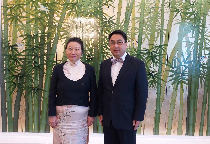 律政司司長鄭若驊資深大律師(左)今日(維也納時間四月十八日)在奧地利維也納拜會中國常駐維也納聯合國和其他國際組織代表、特命全權大使王群。