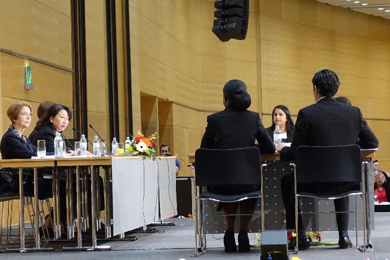 律政司司長鄭若驊資深大律師(左二)今日(維也納時間四月十八日)在奧地利維也納出席第二十六屆國際模擬法庭比賽(Vis Moot)決賽,並獲邀出任決賽的評判。
