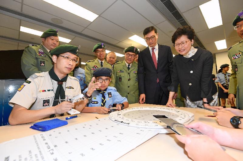 行政長官林鄭月娥今日(四月二十日)上午出席香港童軍百周年紀念大樓開幕典禮。圖示林鄭月娥(右一)觀看童軍示範。