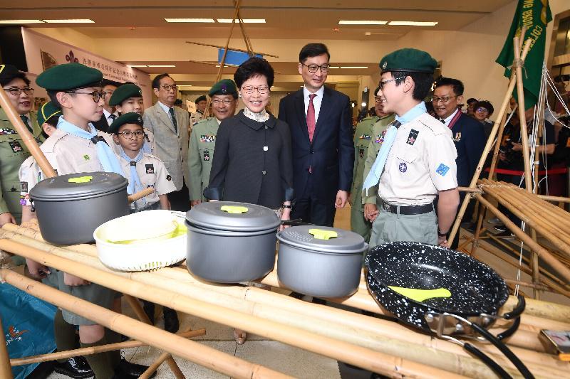 行政長官林鄭月娥今日(四月二十日)上午出席香港童軍百周年紀念大樓開幕典禮。圖示林鄭月娥(前排右三)觀看童軍示範。