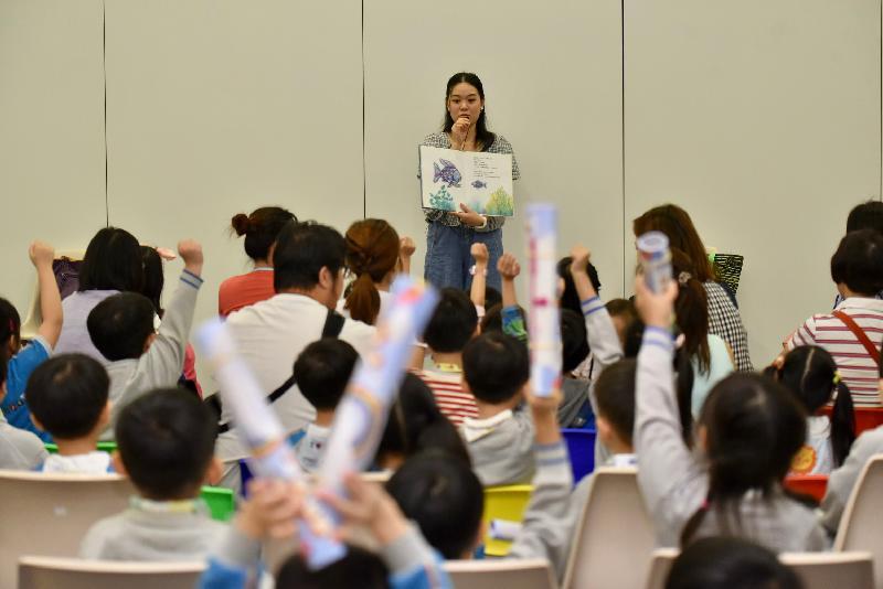 為響應「世界閱讀日」,康樂及文化事務署香港公共圖書館與香港電台第五台今日(四月二十三日)在香港中央圖書館舉辦「4.23喜閱無界限」啟動禮,並隨即與深圳圖書館、廣東省立中山圖書館及澳門公共圖書館同時舉行「共讀半小時」活動,由夢飛行合家歡劇團的故事人帶領參加者一同閱讀故事書。
