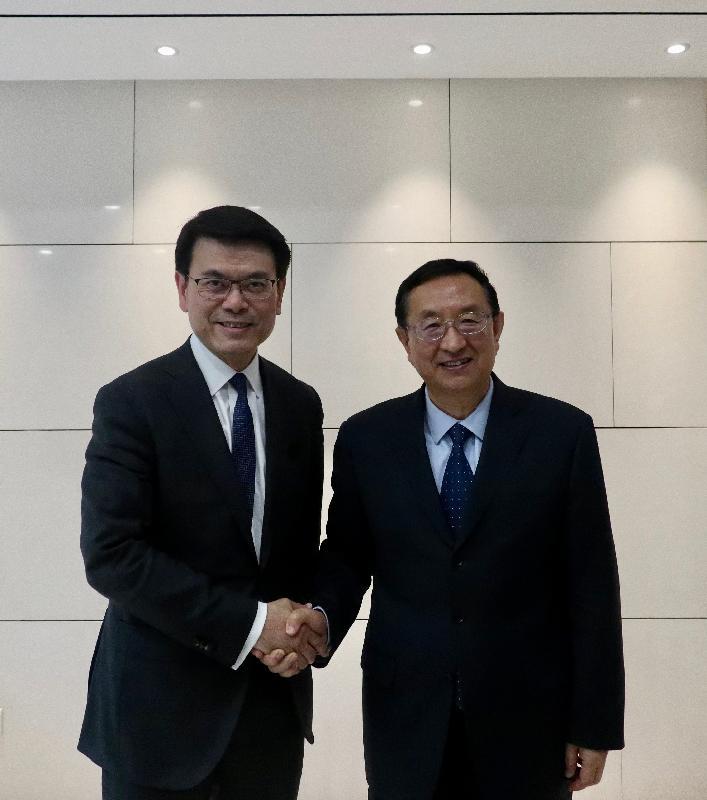 商務及經濟發展局局長邱騰華(左)今日(四月二十四日)在北京與國家文化和旅遊部部長雒樹剛(右)會面,就香港與內地最新的旅遊市場情況進行交流,並探討進一步加強兩地在旅遊方面的合作。