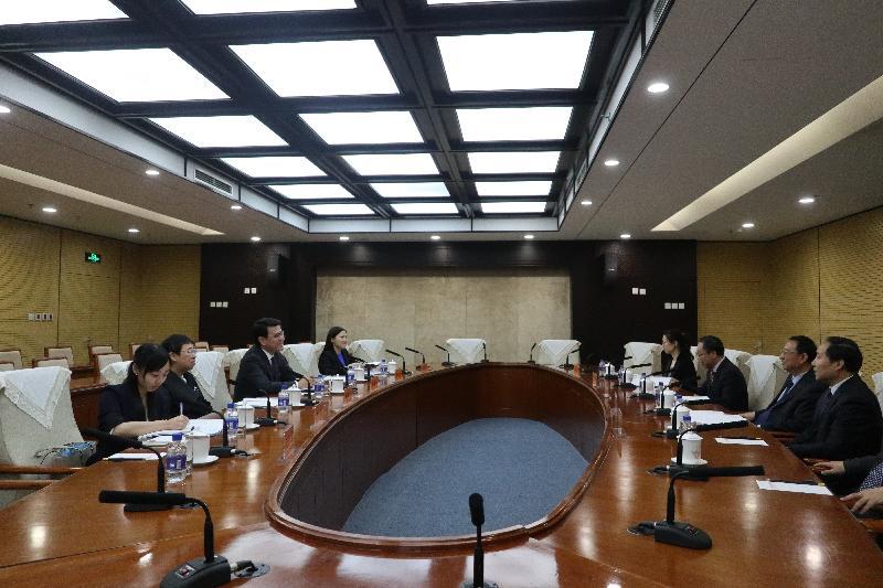 商務及經濟發展局局長邱騰華今日(四月二十四日)在北京與國家文化和旅遊部部長雒樹剛會面,就香港與內地最新的旅遊市場情況進行交流,並探討進一步加強兩地在旅遊方面的合作。圖示邱騰華(左三)、雒樹剛(右二)和商務及經濟發展局常任秘書長(工商及旅遊)利敏貞(左二)進行會面。